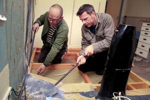 Lennart Hedlund och Frank Östlund river ut det gamla projektorgolvet.