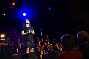 Charlotte Perrelli var dragplåster när Övik Big band gav sin årliga julkonsert i Pingstkyrkan. Hon bjöd dessutom på två schlagerbonusar.