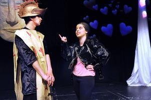 Don Quijote.(Joel Boija) är enormt förälskad i Dulcinea (Aurora Widing) men kärleken blir ganska obesvarad, Dulcinea är inte så snäll mot Don Quijote.