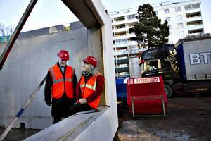 Stefan Lundqvist, VD i Sandvikenhus och Lena Åman, ordförande i SH. På nybygget vid Sveavägen, där 74 hyresrätter byggs.