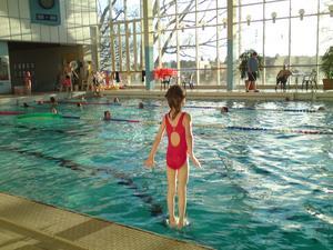 Innan simskolan börjar vill Wilma leka i stora bassängen. Jag passade på att ta lite mobilbilder vilket inte är alldeles för enkelt när man vill fånga ett speciellt tillfälle. Hon skulle hoppa på