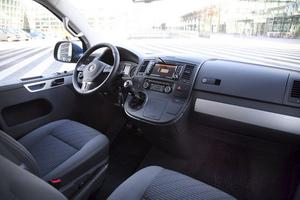 Visst finns det lite busskänsla kvar bakom ratten på nya VW Multivan men man har också en suverän överblick i alla trafiksituationer. Bra materialval som håller personbilsklass.