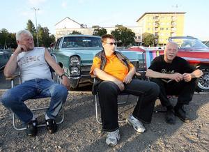 Bröderna Jan och Bernt Öberg på varsin sida om Inga-Britt Enberg tittar på cruisingen medan Cadillacen bakom får vila.