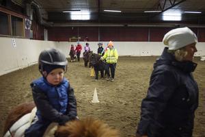 Barnen fick styra hästarna i slalom.