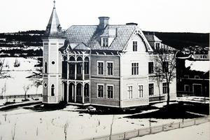 På denna vinterbild skymtar den stora ladugården vid Öjevillan till höger. Gården hade sina ägor bland annat ner mot nuvarande Öjeparken. Noterbart är hur lite av Edsbyn som fortfarande är bebyggt i början av 1900-talet.