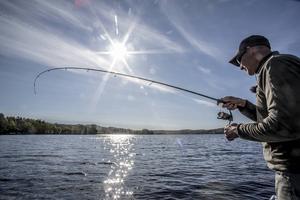 Jiggfiske efter abborre är både enkelt och kul. Ner med jiggen på botten och håll kontakt med linan när du vevar in den. Då kommer huggen.