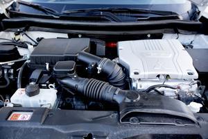 En fyrcylindrig bensinmotor ger energi till litiumjon-batteriet och kopplas även in på framhjulen i farter över 120 km/tim,