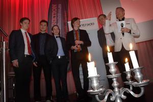 Ankarsvik tappade en(!) poäng av 60 möjliga i sin serien. Årets lag har därmed ett svårslaget rekord. Här representerat av Tobias Wiesinger, Nils Ådahl, Carl Åkersten, Henrik Ek och lagledaren Hans Ådahl och flankerade av galans konferencier Tomas Byström.