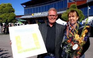 Leif och Kristina Hellström fick kommunens diplom för det stora lokala utbudet i familjens butik i Vikarbyn. Foto: Birgit Nilses Gröndal
