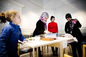Noor Mohammed ser på när Zebiba Abdulkadir, Nasera Idris och Nawara Idris Ismail syr.
