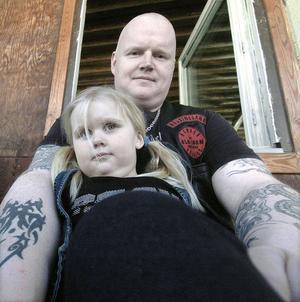 Lilla Cornelia tänker nog bli raggare liksom pappa Anders när hon en gång blir stor. Men om hon kommer att tatuera sig lika mycket är tveksamt.
