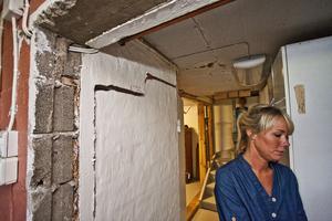 Stina Eriksson i källaren till sitt spruckna hus på Ågatan i Hallstahammar.