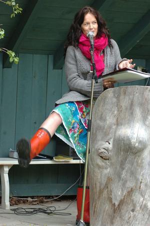 Malin Berghagen äntrade utomhusscenen vid Växbo Kvarn i klänning och röda gummistövlar. Den klädseln har med hennes barndoms midsomrar att göra.