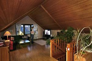 Takvåningen är husets pärla, ett sällskapsrum där många får plats.