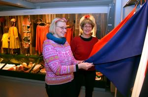 Eva Kaiser och Katarina Tegen-Höckerlind studerar textilier i Ottilia Adelborgmuseet.