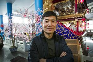 Kenny Li inne i restaurangen.
