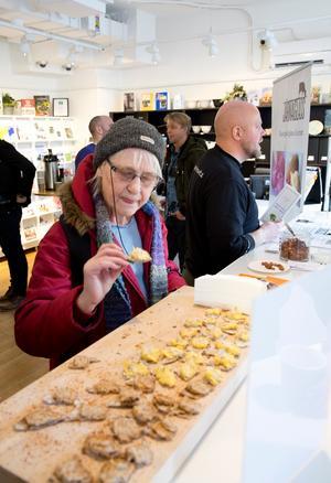 """""""Det är jättebra att få testa på närodlat"""", säger Britt Marie Thor som varit på Smaka på Södertälje även förr om åren."""