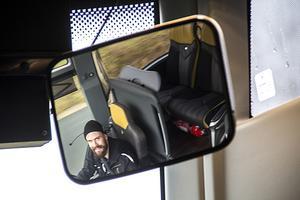 Niklas Ehnberg kör buss åt både skolbarn och medlemmar i den lokala afasiföreningen.