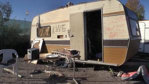 En av de husvagnar som övergivits vid tömningen av lägret i hamnen i Sundsvall.