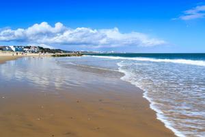 En populär badplats är den mjuka sanden på Sandbanks Beach i Dorset.