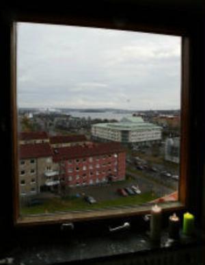 Hamninloppet sedd från åttonde våningen, oljehamnen och Ortviken följer med på köpet.
