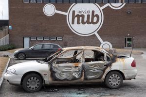 Bilen totalförstördes i en brand i Hovsjö natten till tisdag.
