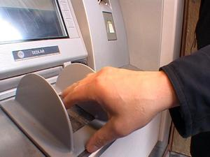 Skydda ditt kort mot skimning Bedrägerierna mot kortautomater verkar ha kommit för att stanna och enligt polisen ökar problemen med skimning. Men med enkla knep kan du skydda ditt kort och lära dig att se om automaten blivit manipulerad.