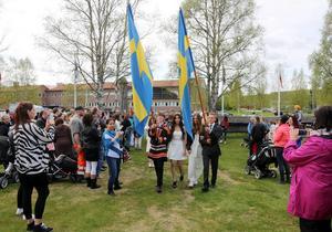 I perfekt väder marscherade de 192 eleverna in på hembygdsgården.