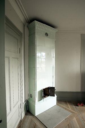 Det var nära att kakelugnarna försvann, de var redan nedmonterade när Skölds-huset såldes. När affären var överenskommen, fick de följa med i köpet.