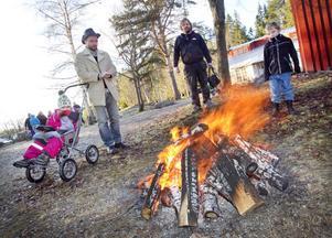Nova Mårdskog, Vidar Bergan, Micke och Charlie Brandt värmer sig vid en av eldarna utanför skolan.