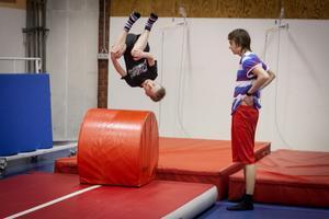 Frihetskänsla. Herman Jansson, nio år, tycker om känslan av att flyga. Jacob Lundell övervakar.