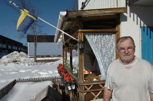 Yngve Hallgren byggde själv sin uteplats när han flyttade in på Granbergshöjden -93.