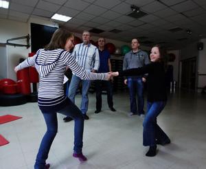 Agnes Månsson, 10 och jämnåriga kompisen Alva Wiksten drömmer båda om att bli skådespelare och gillar att dansa och sjunga. Alva spelar Katarina Pälsdotter som barn i sommarteatern