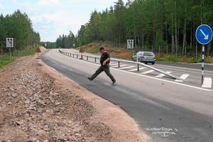 Vägen vid olyckskorsningen är väldigt smal, bara fem meter bred kom Jan Andersson fram till när han stegade upp vägen före korsningen mellan riksvägen och Garpenbergsvägen.