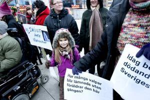 """Mot vargjakten. Ronja Lindström kom till manifestationen i sällskap av sin mamma Helena Lindström. """"Hon är väldigt naturintresserad"""", säger Helena Lindström."""