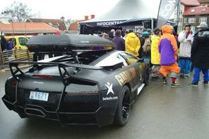 Lamban med takbox, Jons Lamborghini Murcielago LP 670-4 SV, inköpt nyligen i Monaco för cirka 4 miljoner, är aldrig långt borta.