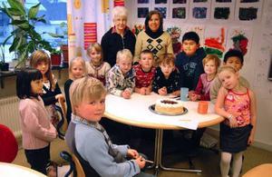 Segraren  i yngsta klassen, Melwin Frimert, Stugun, närmast kameran framför sina klasskamrater och fröknar  i förskoleklassen vid Hansåkerskolan.Foto: Ingvar Ericsson