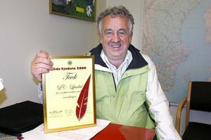 Curt-Olof Wennberg visar det diplom som Lion Club i Ljusdal tilldelats som bevis på utomordentliga insatser i Röda Fjädern-insamlingen.