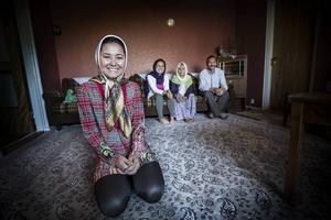 Befolkningssiffrorna i Norrlands inland har dalat i många år. Men tack vare flyktingmottagningen flyttar fler till än från flera glesbygdskommuner. I Strömsund har familjen Amiri funnit en ort att trivas i. Marzieh Amiri, 26, i förgrunden.