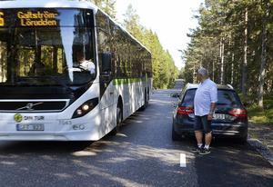 Trafikanterna upplever det väldigt obehagligt när de får möte en buss eller varubil. Då finns det inte mycket plats över.