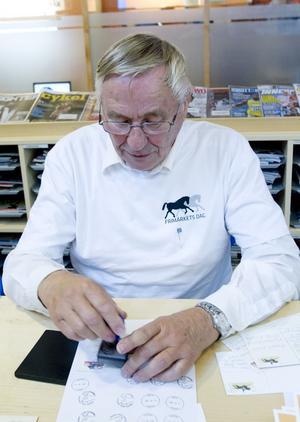 En dag om året har Gävle en egen poststämpel. Sven-Åke Norberg sätter dit den.