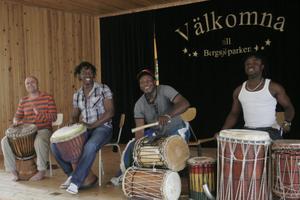 Ingen danskurs utan musik – deltagarna fick dansa till rytmer från Senegal och Guinea.