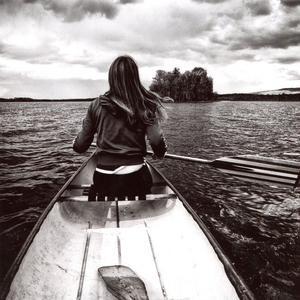 Kristin på Mållången, 2012.Foto: Jonas Linngård, AlftaJuryns omdöme: Den här bilden andas mystik och äventyr. Man får en känsla av att man sitter med i kanoten.