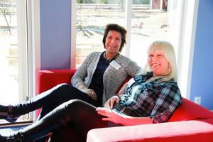 Anna Danielsson och Linda Nordin visar den nybyggda avdelningen på skolan. Där skiner solen in genom stora fönster.