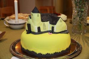 Kyrktårtan lämnades länge orörd av besökarna.