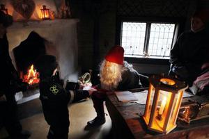 Den 200 år gamle jultomten i Lillhärdalsgården var lika nöjd som barnen, och han tycker själv att han är väldigt lik en man i Bodlägden.