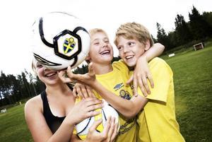 Framtidens fotbollshjältar? Sofie Reimertz, Rasmus Henriksson och Rasmus Åkerblom går i fotbollskola hela veckan.
