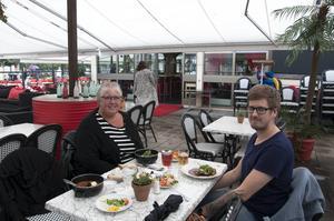 Lena Sjöberg och Philip Strömberg åt sin lunch på Torgets uteservering trots regnet och kylan. Resterande besökare satt inomhus.