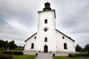Grangärde kyrka är ett lika ståtligt som uppskattat kulturminne i trakten. Fuktproblemen invändigt är dock så stora att hela golvet kommer att behöva brytas upp inom ett par år.