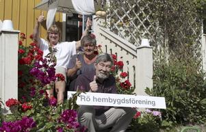 Ann Britt Bergström, Christina Lindberg och Björn Bergström från styrelsen i Rö hembygdsförening jublar över att de fått sin ansökan om förändrad postort godkänd. Och att de därmed åter får Rö som postadress.